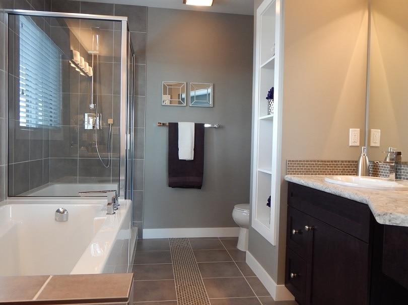 bathroom-ErikaWittlieb-pixabay