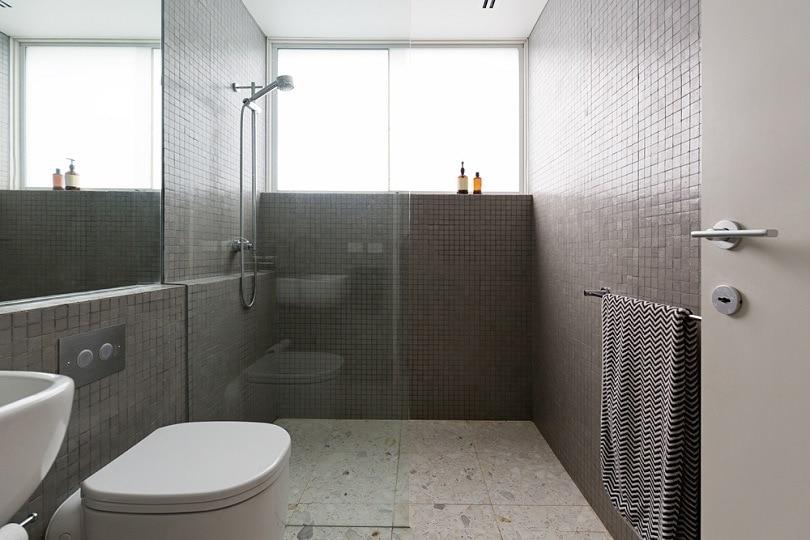 walk in shower frameless_shutterstock
